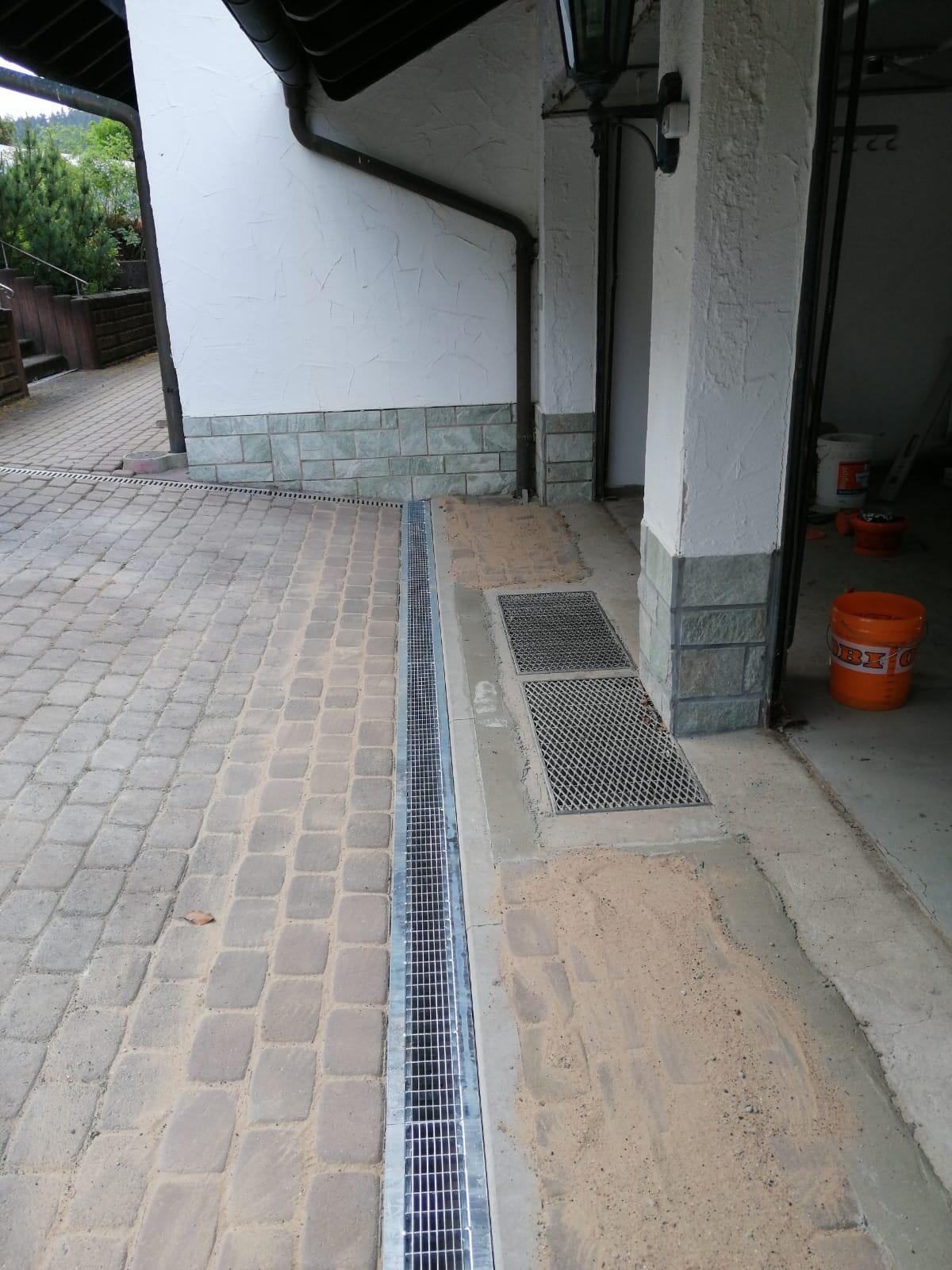 Verlegung von Birco-Rinnen mit Liniensenkkasten zum Schutz vor Wasser in der Garage / im Haus bei starkem Regen.